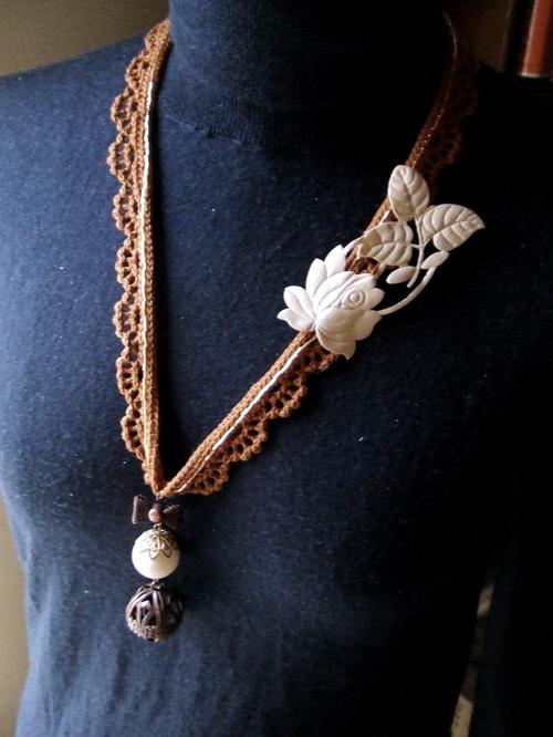 レースとバラモチーフのネックレス