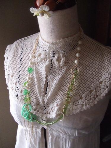 翡翠色のネックレス